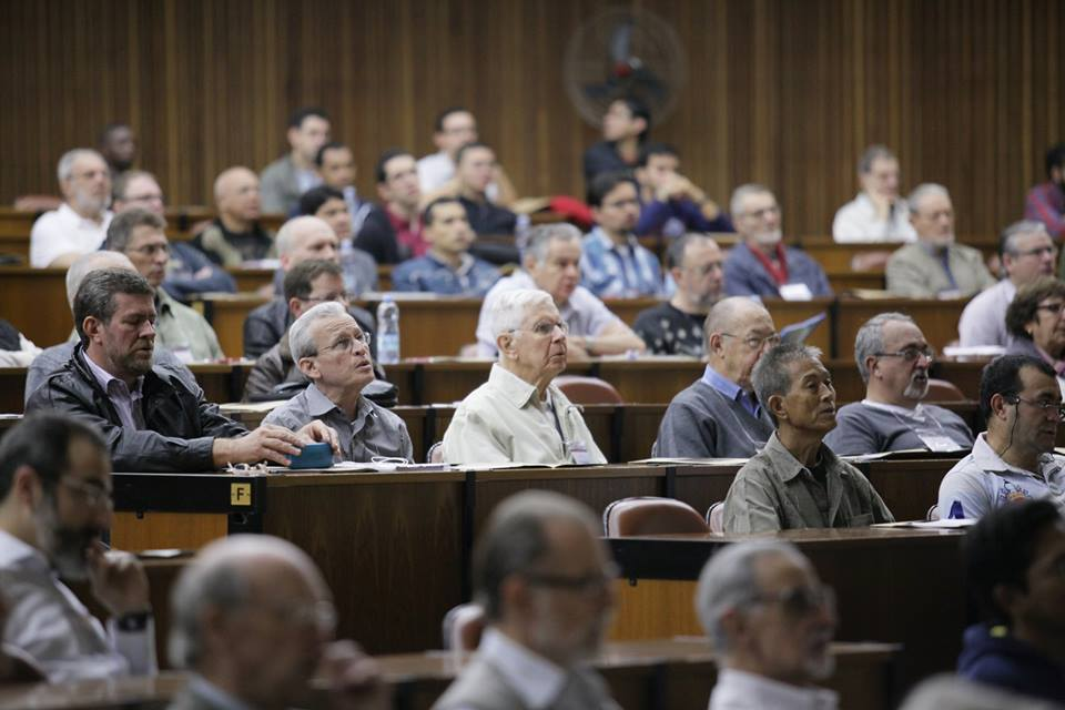 Padre Passos (à direita) participa da 1ª Assembleia Geral da Província Brasil da Companhia de Jesus. Foto (Crédito): Portal Jesuítas do Brasil