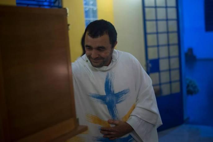 Padre José dos Passos deposita o Santíssimo Sacramento na nova Capela. Foto (Crédito): Clayton Henrique / Pascom Parsantri