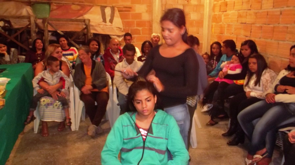 Beatriz e Vitória demonstram penteados.