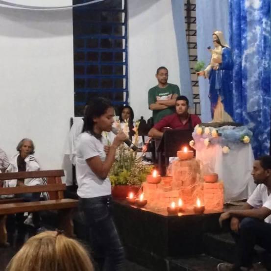 Jovens da Paz homenageiam Nossa Senhora.