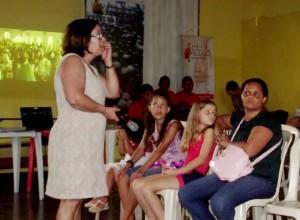 Elza Maria da Silva, assistente social do CVV, destaca acesso aos serviços de saúde.