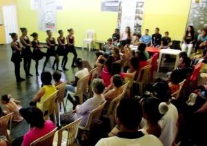 Público acompanha apresentação do Ballet Passo a Passo.