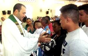 Ocorreu a primeira etapa do batismo de cinco crianças na igreja da Penha nesse domingo (7/9).