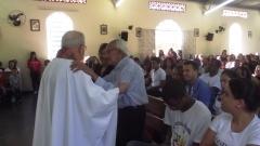 Padre Miguel cumprimenta um senhor de 98 anos que acompanhava o batizado de seu bisneto.