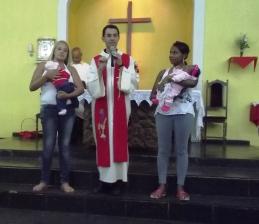 Duas jovens mães foram convidadas pelo padre Elton para aproximar-se do altar e receber a benção e o carinho da comunidade.