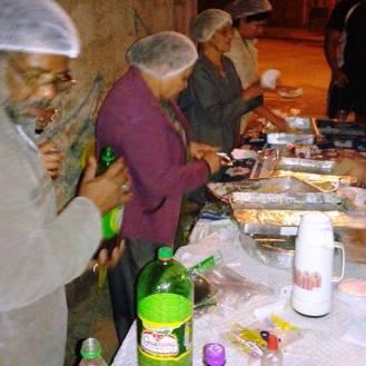 Moradores colaboraram com lance servido após a missa. Foto (crédito): Ademir Geraldo