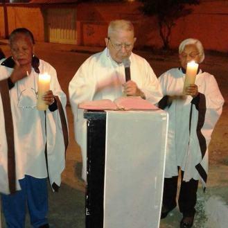 Padre Miguel Elousa e Ministras da Eucaristia. Foto (crédito): Ademir Geraldo
