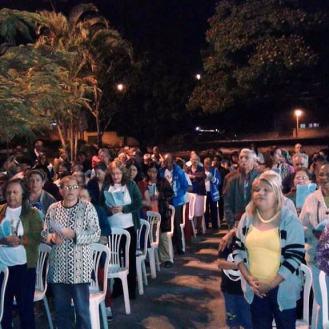 Grande número de fieis participaram da Eucaristia na praça da paz. Foto (crédito): Ademir Geraldo