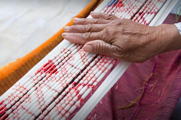 tecnica-de-tintura-de-gravata-de-linhas-antes-de-tecer-roupas_35666-377
